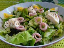 Sałatka z szynką i sosem czosnkowym
