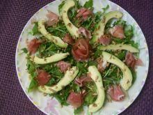 Sałatka z szynką parmeńską i awokado