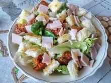 Sałatka z szynką, suszonymi pomidorami i grzankami