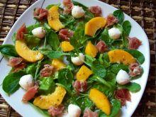 Sałatka z szynką szwarcwaldzką i brzoskwinią