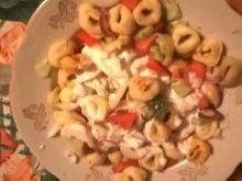 Sałatka z tortellini, ogórkiem i pomidorem