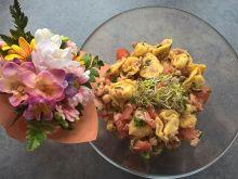 Sałatka z tortellini, tuńczykiem i ciecierzycą