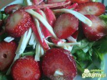 Sałatka z truskawką i surimi