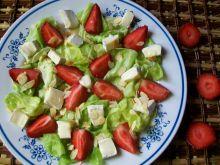 Sałatka z truskawkami i camembertem