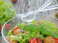 Sałatka z truskawkami i drobiowymi klopsikami