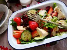 Sałatka z truskawkami i fasolką azuki