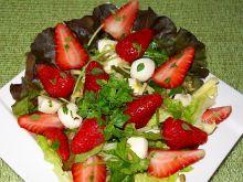 Sałatka z truskawkami, rukolą i słonecznikiem