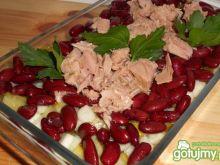 Sałatka z tuńczykiem i czerwoną fasolą .