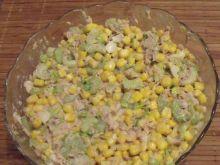 Sałatka z tuńczykiem i kukurydzą.