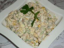 Sałatka z tuńczykiem i żółtym serem