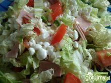 Sałatka z warzywami i serkiem wiejskiem