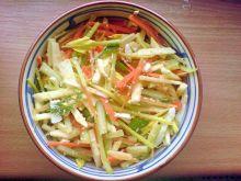 sałatka z warzywami i sezamem