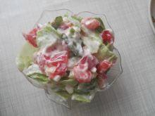 Sałatka z warzywami i sosem tzatziki