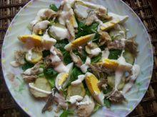Sałatka z wędzoną makrelą i ogórkiem małosolnym