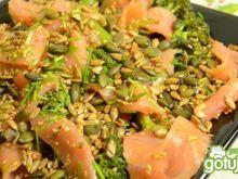 Sałatka z wędzonego łososia i brokułów