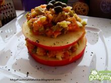Sałatka z wędzonego łososia na jabłku