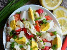 Sałatka z wędzonym halibutem i jajkiem