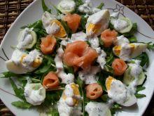 Sałatka z wędzonym łososiem i jajkiem