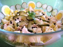 Sałatka z wędzonym pstrągiem, jajkiem i ogórkiem