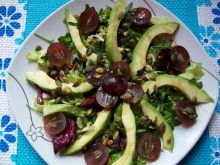 Sałatka z winogronem i awokado