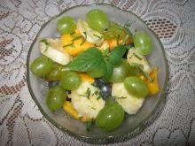 Sałatka z winogronem i brzoskwiniami