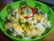 Sałatka z żółtym serem i brokułem
