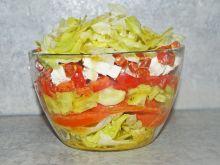Sałatka ze świeżych warzyw z fetą i kabanosami