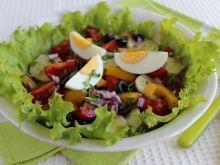 Sałatka ze świeżych warzyw z jajkiem