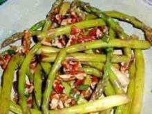 Salatka ze szparagami i orzechami pekan