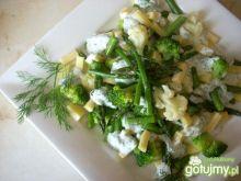 Sałatka ze szparagami i żółtym serem