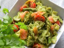 Sałatka ze szparagami, pesto z rukoli i łososiem