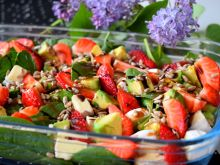 Sałatka ze szpinakiem, awokado i truskawkami