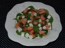 Sałatka ze szpinakiem i wędzonym łososiem