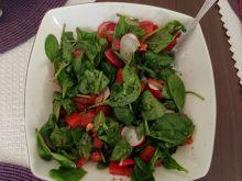 Sałatka ze szpinakiem, rzodkiewką i pomidorami
