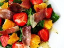 Sałatka ze szpinaku, truskawek i szynki