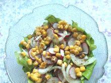 Sałatka zielona z cebulą, rzodkiewką i kukurydzą