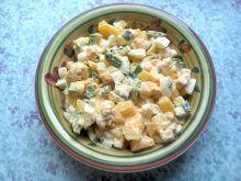 Sałatka ziemniaczana z awokado, serem i jajkami
