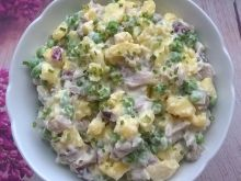 Sałatka ziemniaczana z matiasem i groszkiem