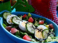 Sałaty z jajkiem i arbuzem z sosem