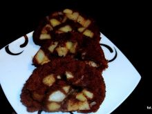 Salceson-rolada z jabłkami na biszkopcie kakaowym