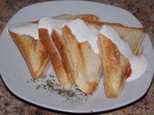Sandwicze z szynką i serem polane sosem