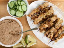 Satay z kurczaka z orzeszkowym sosem