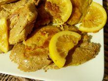 Schab duszony w winie z curry i plastrami cytryny