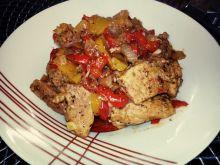 Schab duszony z cebulą, papryką i brzoskwiniami