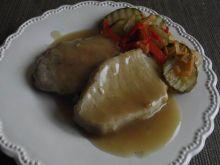 Schab gotowany w warzywnym bulionie podany z sosem