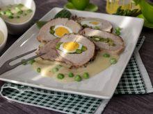 Schab pieczony z jajkami w sosie chrzanowym