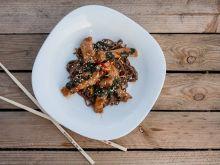 Schab w stylu syczuańskim ze szpinakiem i sezamem