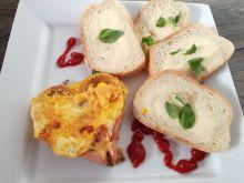 Serce z parówki z jajkiem i serem