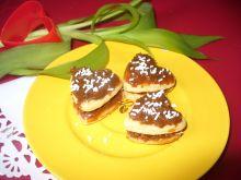 Serduszkowe ciasteczka z masą krówkową