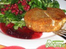Serek kozi z sosem granatowo-żurawinowym